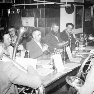 Raitenbucher Musiker am Stammtisch - 1958